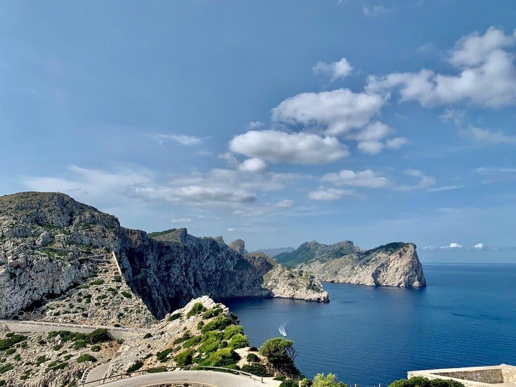 Carretera que conduce al Faro de Formentor y a su faro