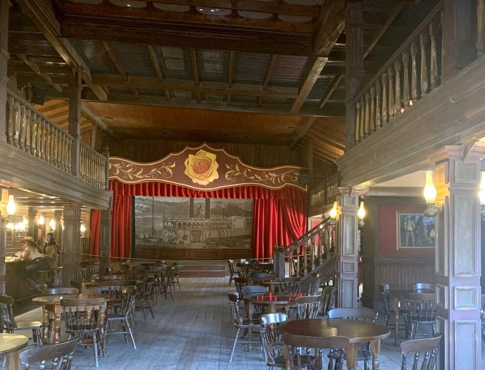 Interior del Saloon, el escenario al fondo
