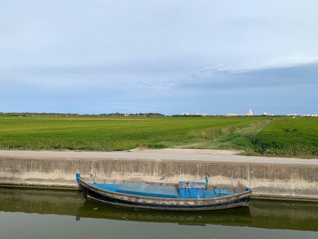 Barca en uno de los canales de El Palmar