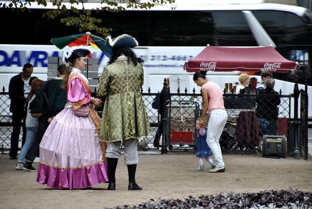 Vestidos de época junto al Teatro Alexandrisky