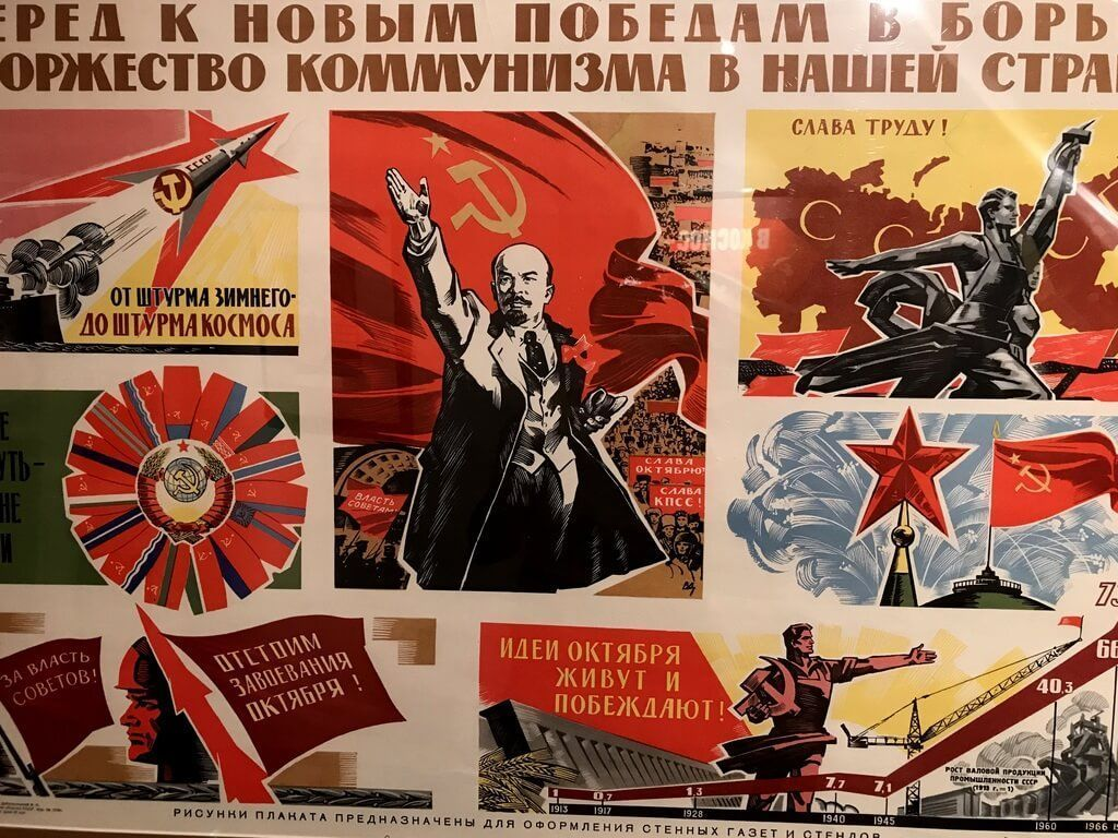Mural con propaganda aeroespacial
