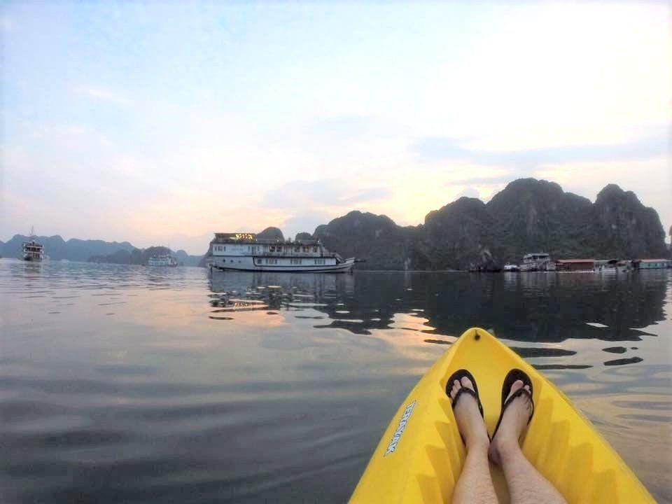 kayak en la bahía de halong
