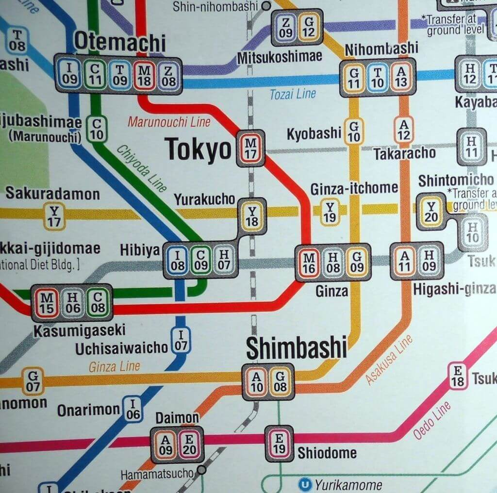 Yamanote Line marcada con línea discontinua blanca y gris