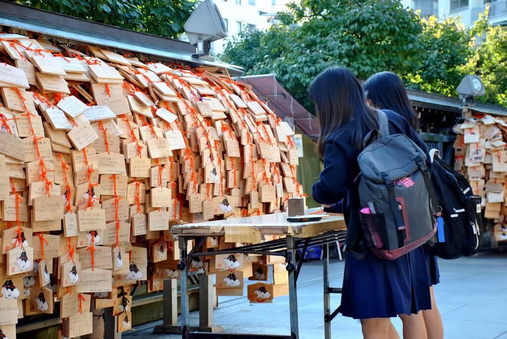 Estudiantes haciendo peticiones en el Templo Yushima Tenjin