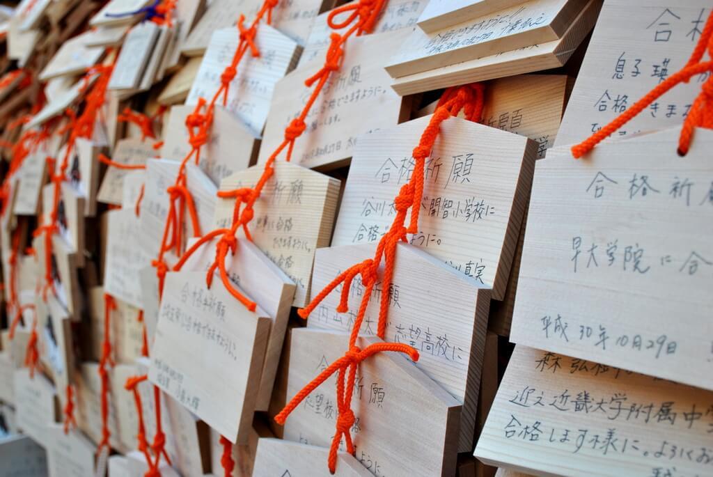 Tablitas de madera con peticiones