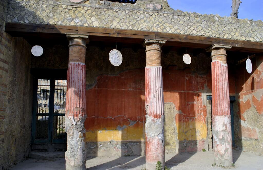 Columnas decoradas de la Casa di Relievo di Telefo