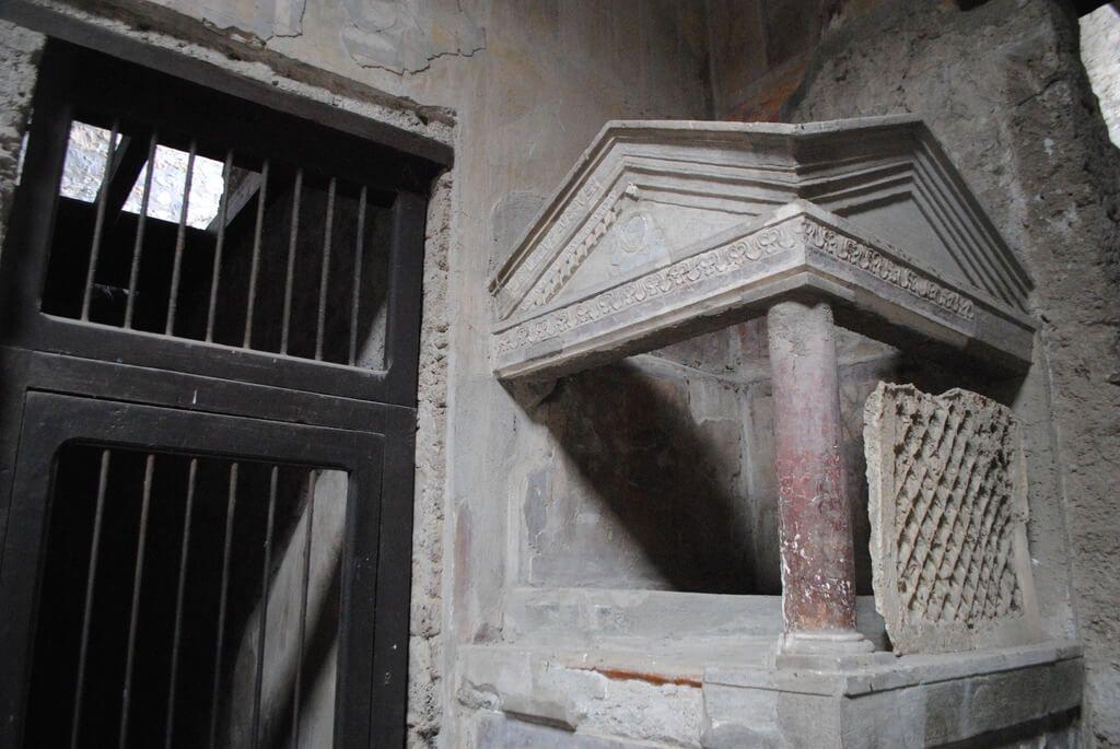 Altar para colocar a los lares (dioses protectores del hogar)