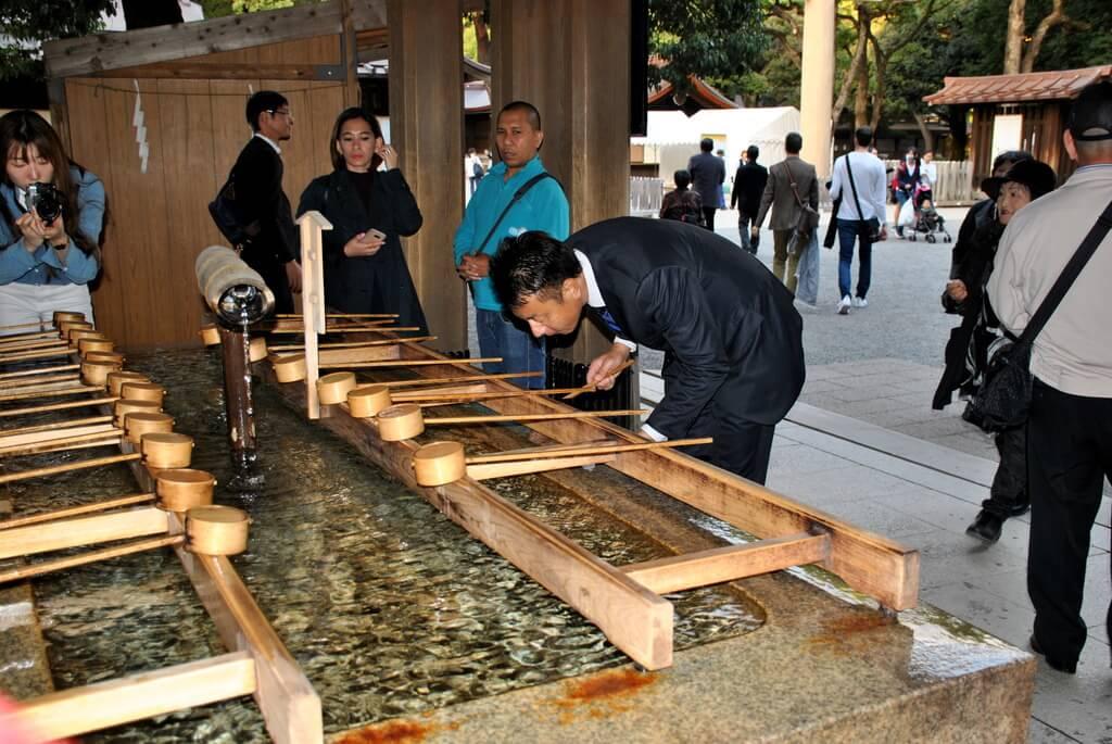 Purificación antes de entrar al Santuario Meiji