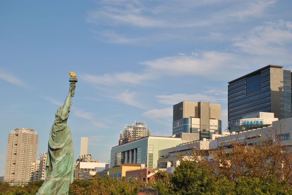 Estatua de la Libertad frente a los edificios de Odaiba