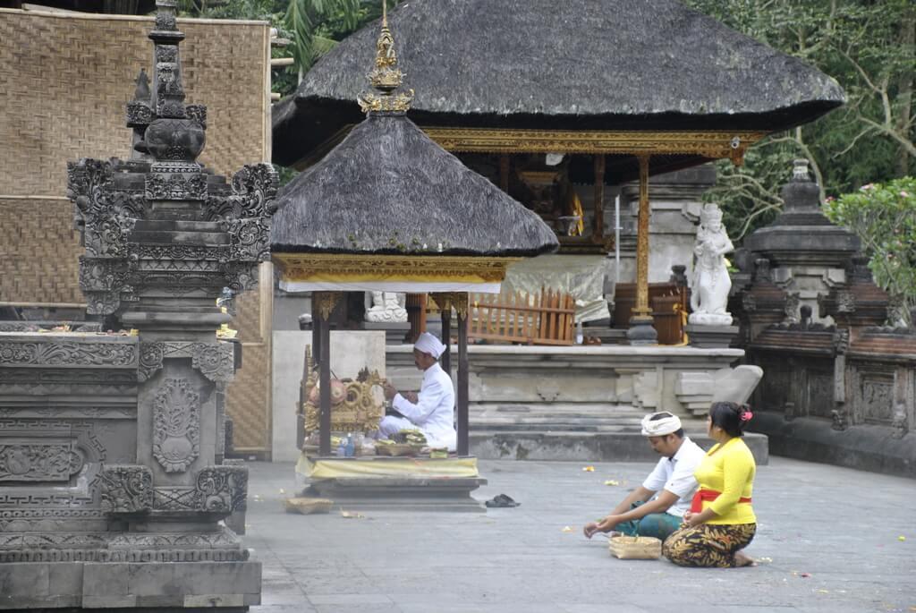 Ceremonia religiosa dentro de Tirta Empul<
