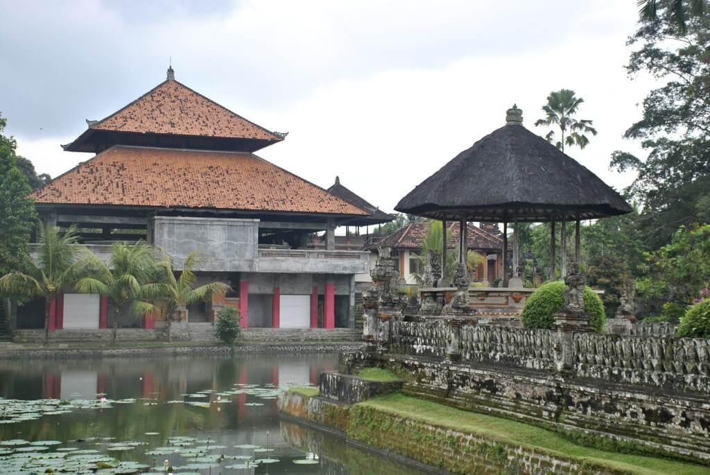 Interior del templo Taman Ayun