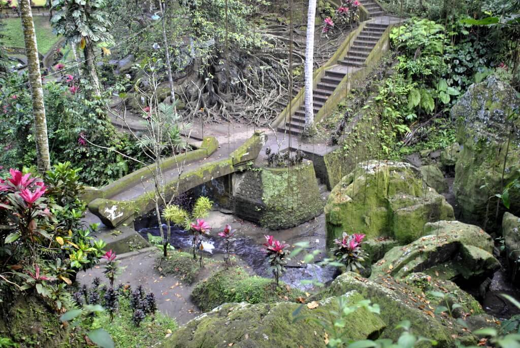 Escaleras que conectan diferentes niveles del templo
