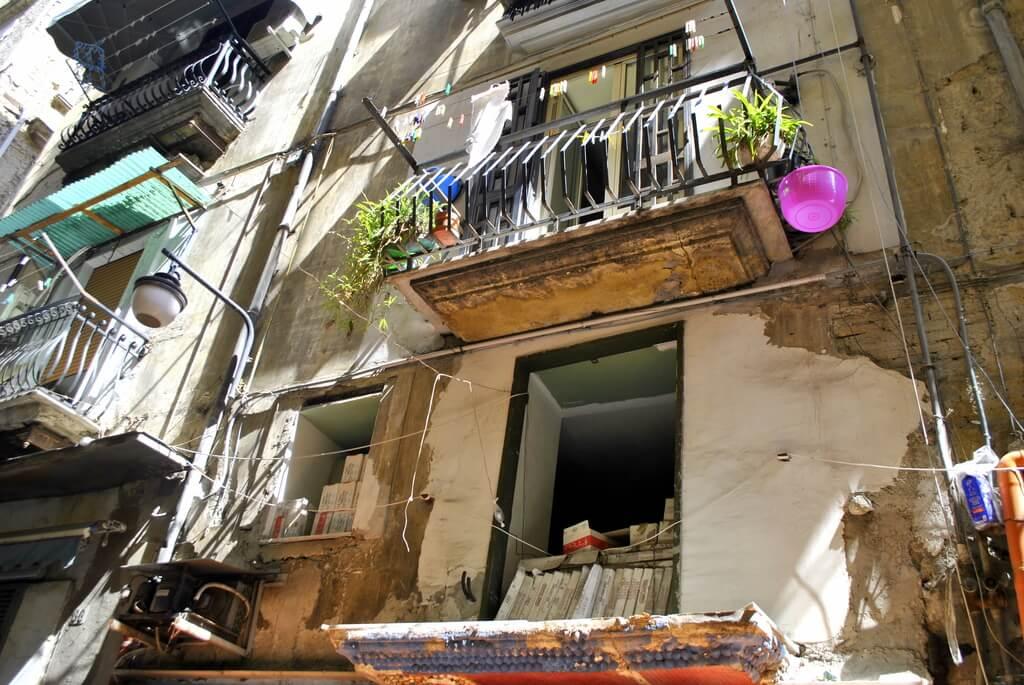 Un balcón cualquiera del Quartieri Spagnoli