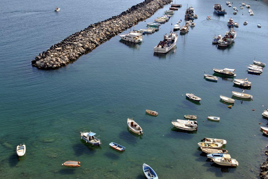 Barcas en el puerto de Marina Corricella