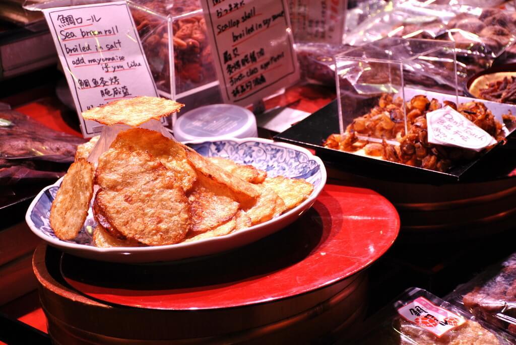 Puestos de comida en el mercado de Nishiki