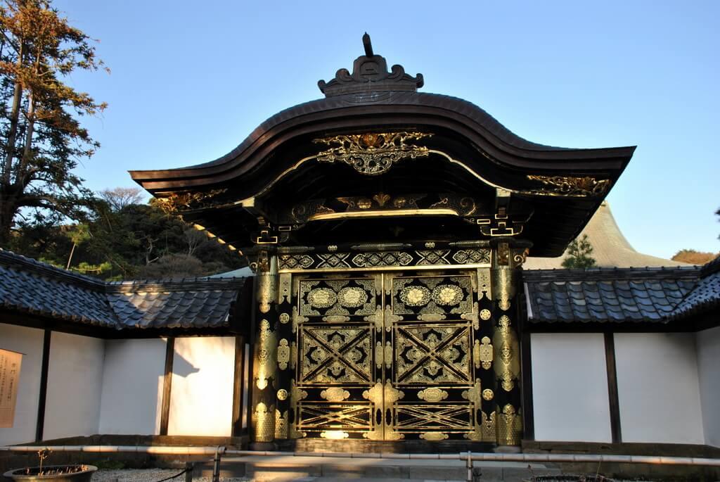 Puerta dorada en el Templo Kencho-ji