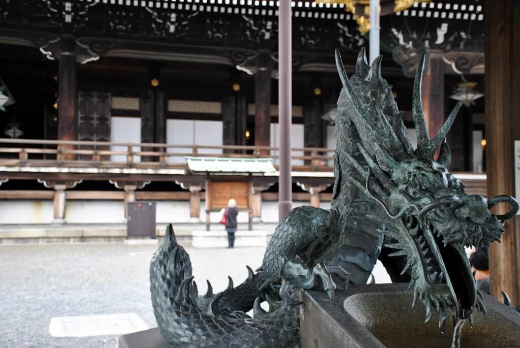 Fuente de ablución en Templo Higashi Hongan-Ji