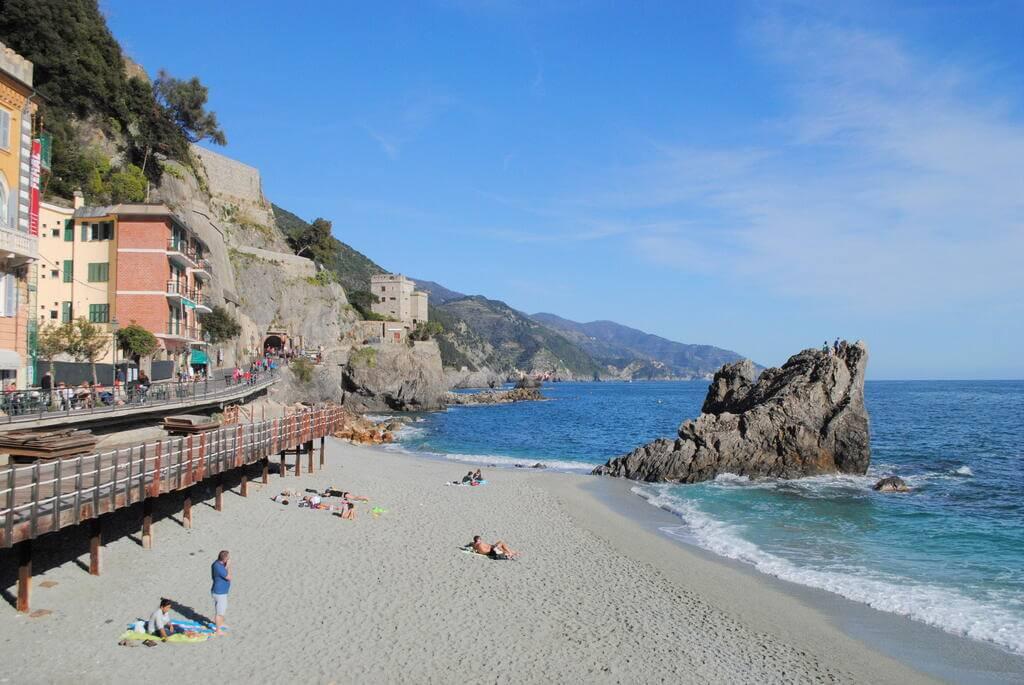 Torre Aurora junto al mar de Liguria