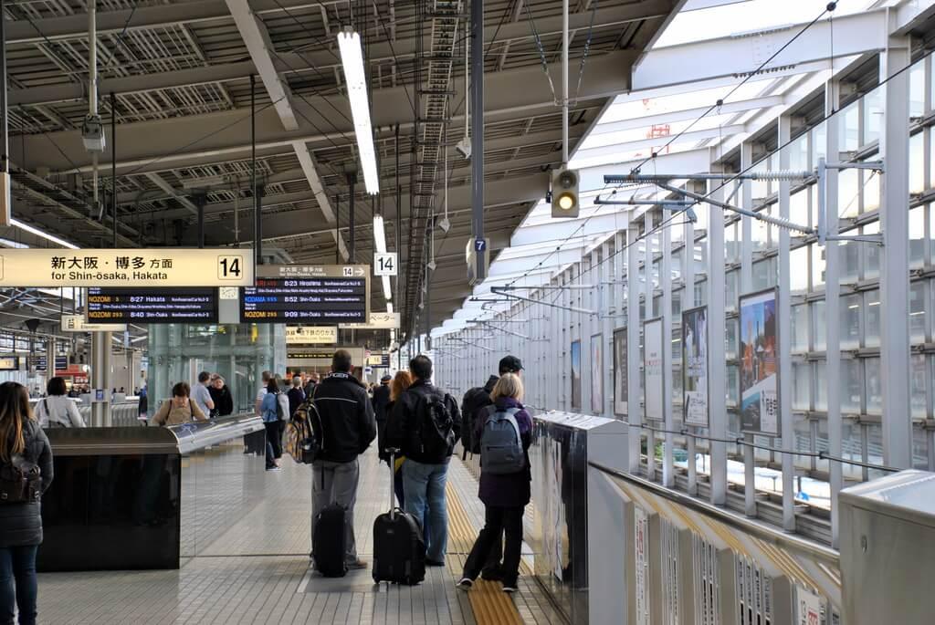 Estación de tren de Kioto, esperando nuestro Shinkansen a Hiroshima