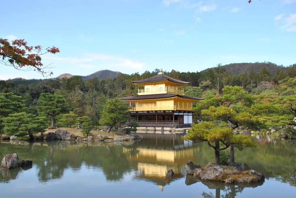 Pabellón dorado reflejado en el agua
