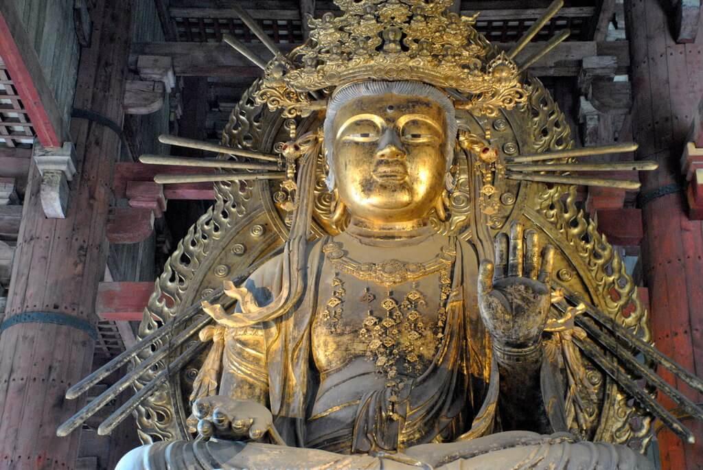 Una de las dos Bodhisattvas que custodian el Gran Buda