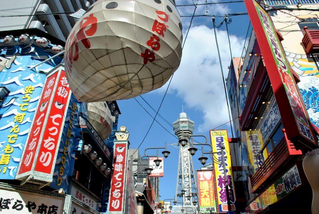 Calle principal de Shinsekai, al fondo la Torre Tsutenkaku