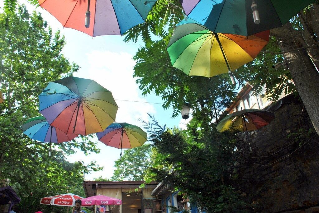 Calle decorada con paraguas en Balat