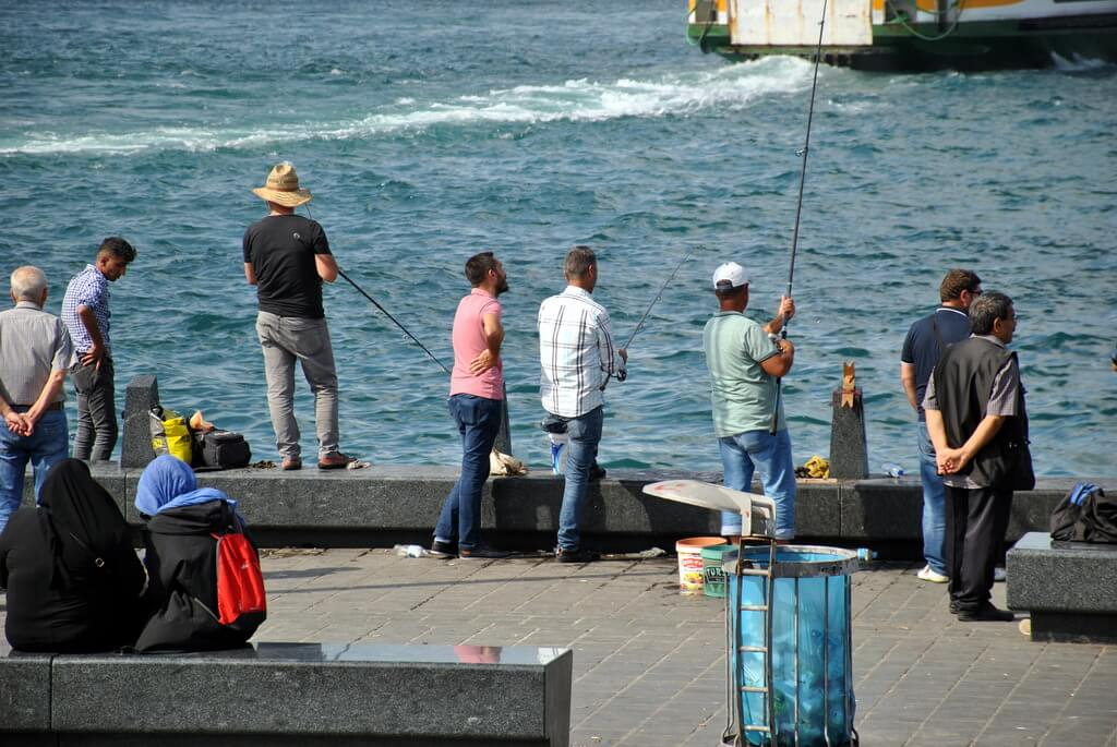 Pescando en Eminönü