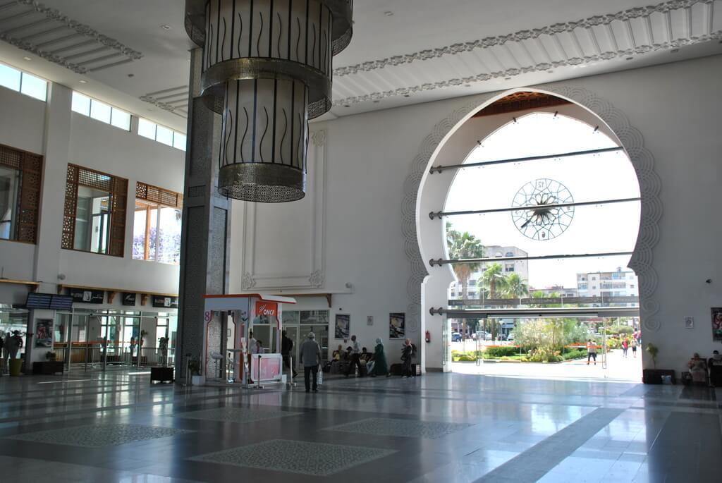 Interior estación de trenes de Fez