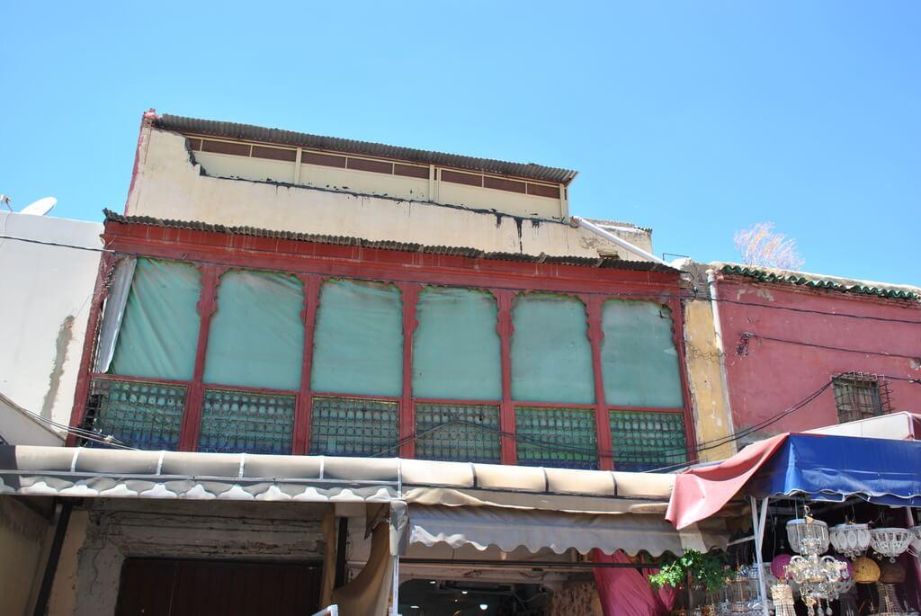 Balcón de madera en el mellah de Meknes