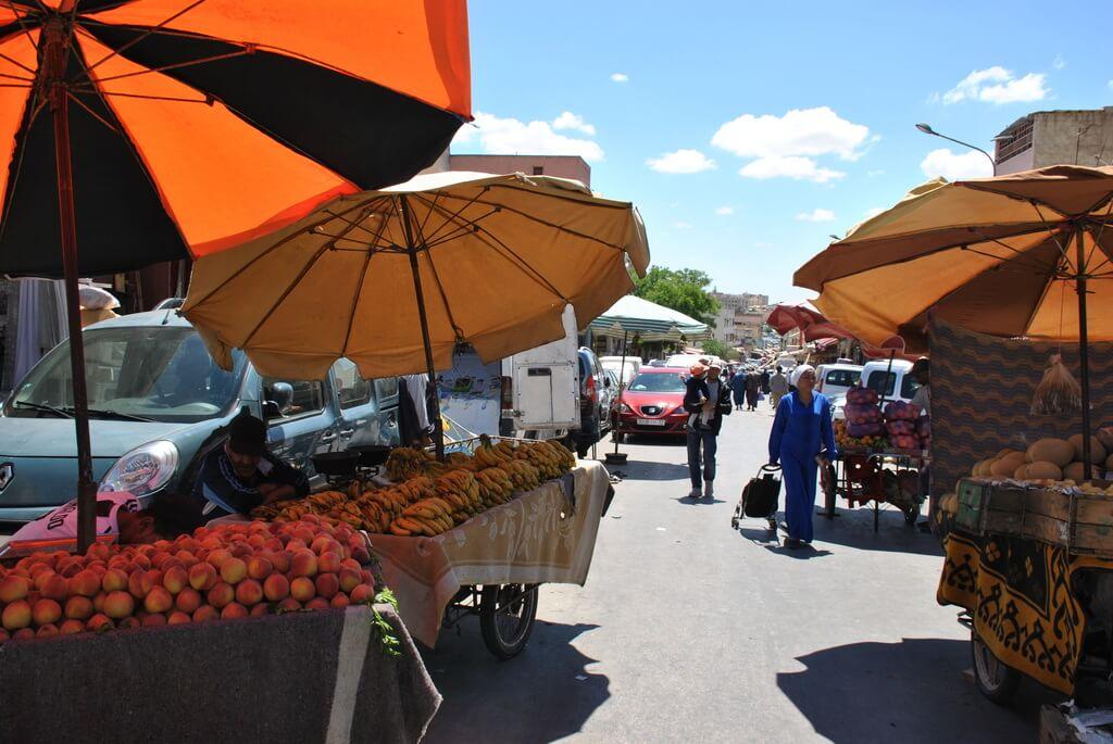 Mercado de frutas en el barrio del mellah