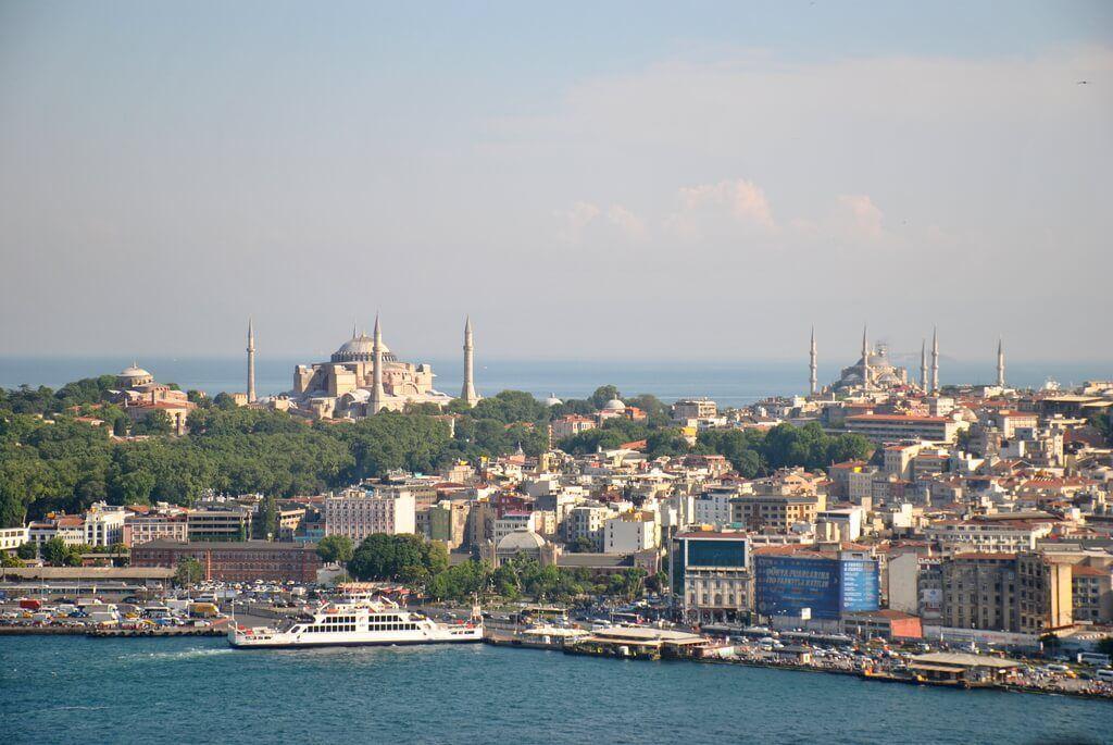 Santa Sofía y Mezquita Azul, desde Gálata