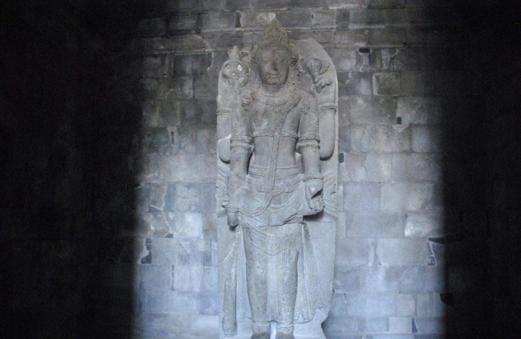 Estatua de piedra de Vishnu con sus cuatro brazos protectores