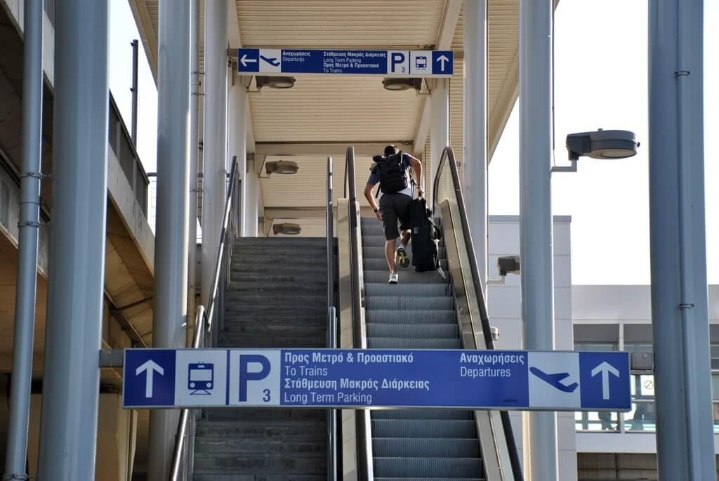 Escaleras mecánicas que conducen a la estación de metro