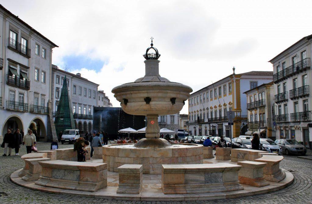 Fuente de los 8 caños en Praça do Giraldo