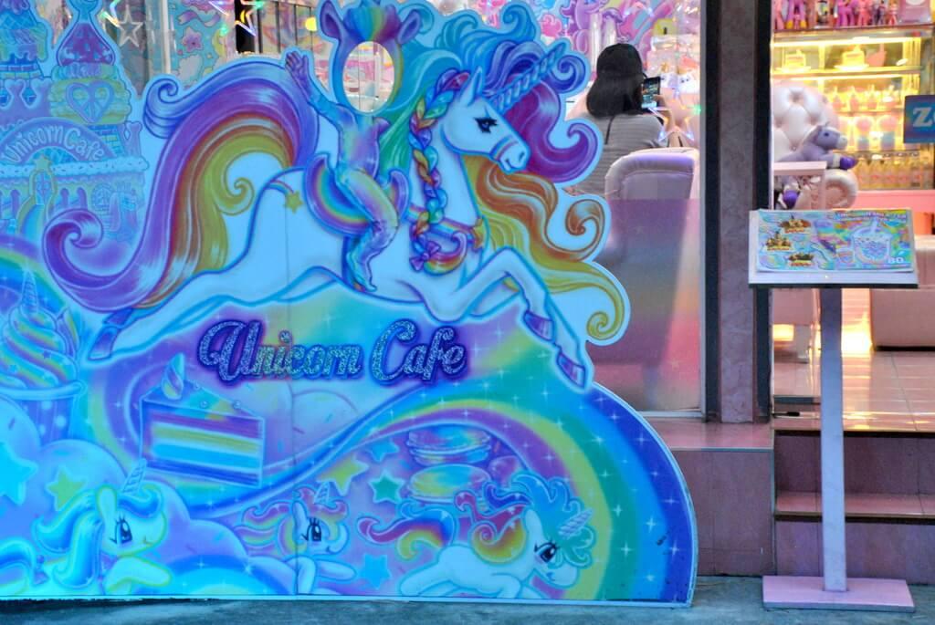 Cartel de unicornios en la entrada del café