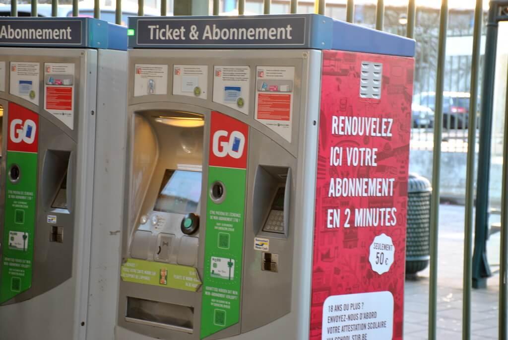 Máquina automática de billetes en la estación de metro de Heizel