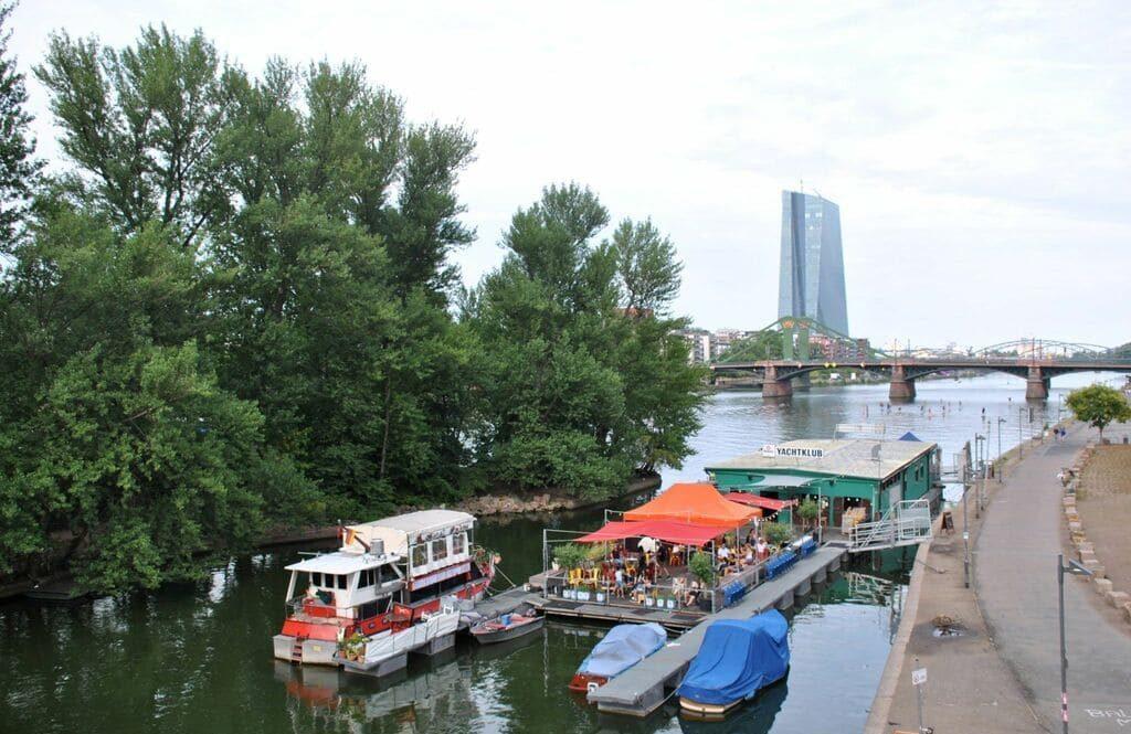 Restaurantes flotantes en la orilla del río Main