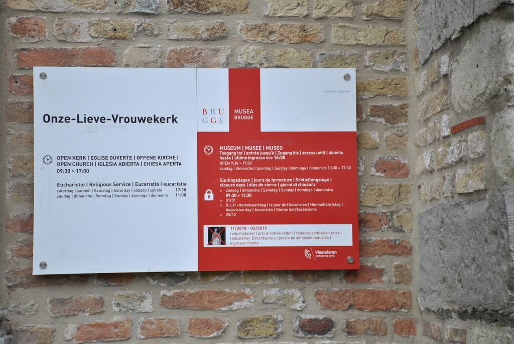 Cartel informativo a la entrada de Onze Lieve