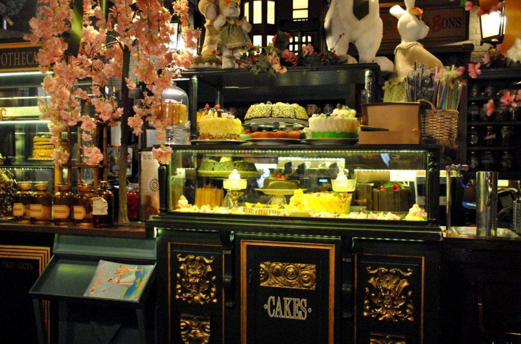 Mostrador con tartas y dulces