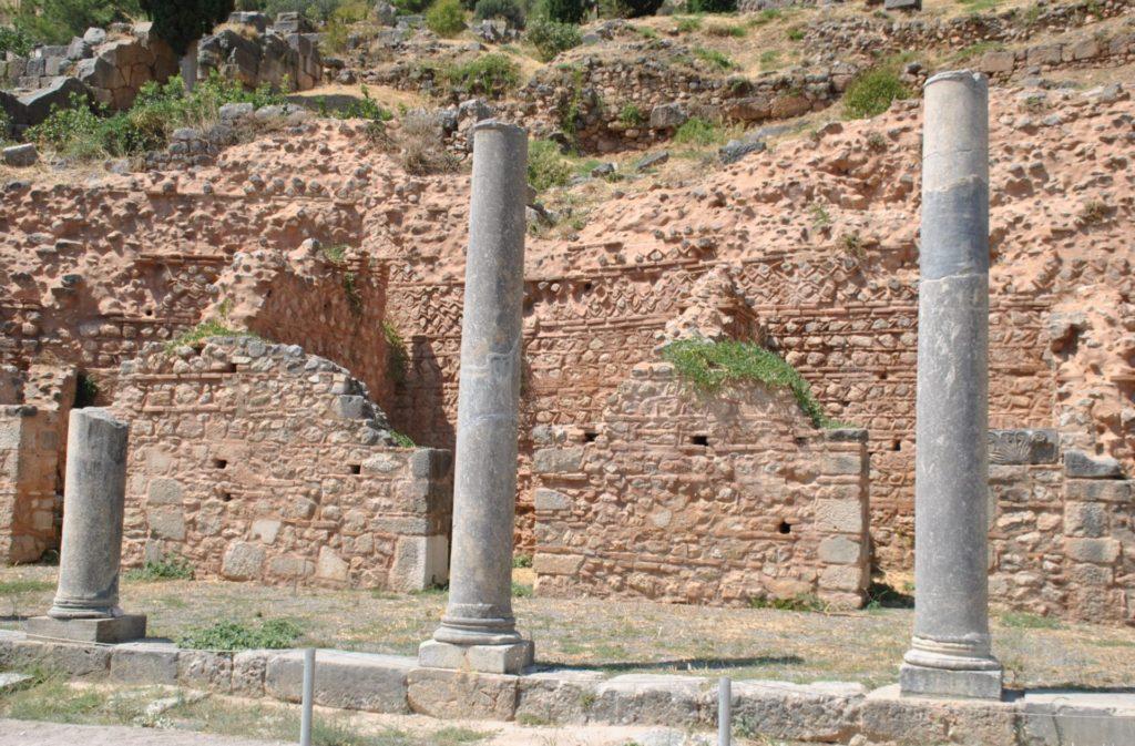 Vía principal de acceso a Delfos