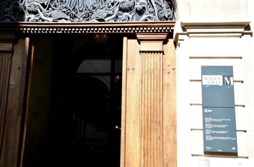Puerta de entrada a la Maison Tavel