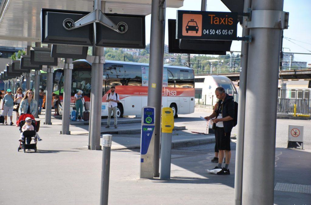 Dársenas en la estación de autobuses de Annecy