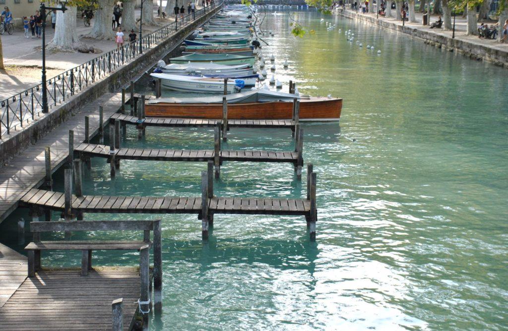 Embarcadero junto al puente de los amores