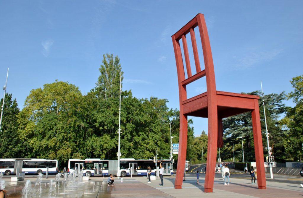 """Escultura """"Broken chair"""""""