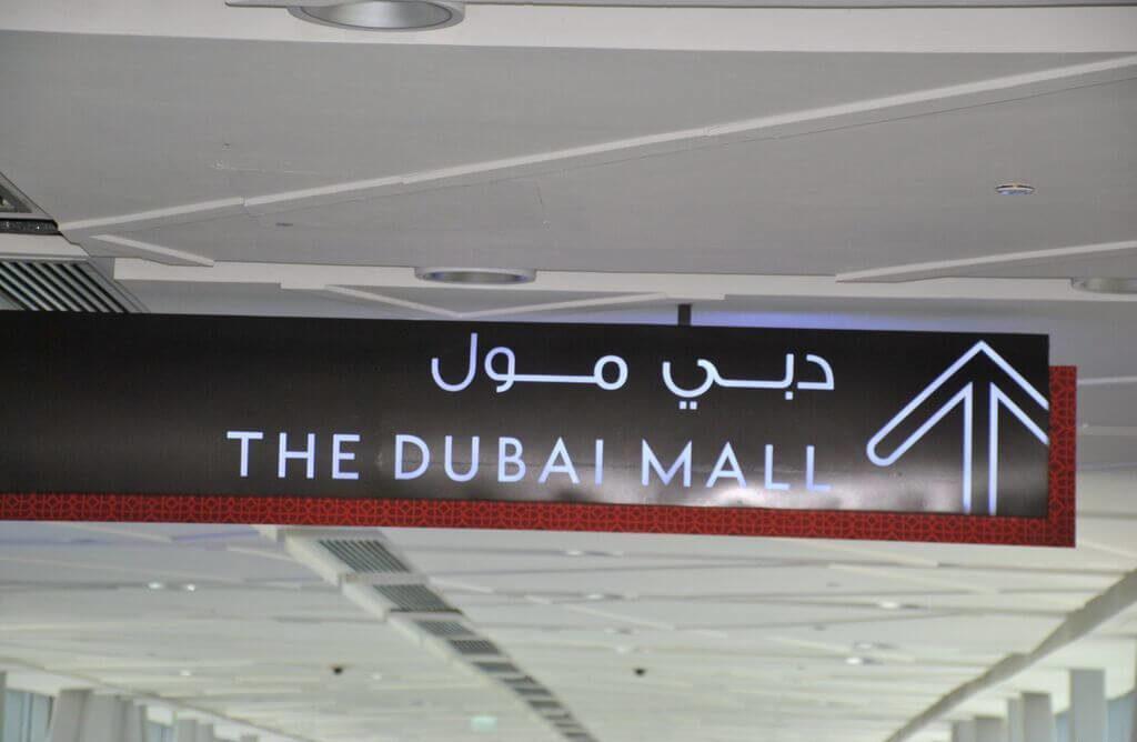 Cartel del metro de Dubai indicando la entrada al Mall