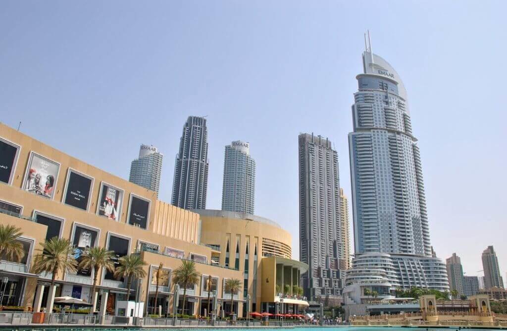 Rascacielos junto a la Dubai Fountain