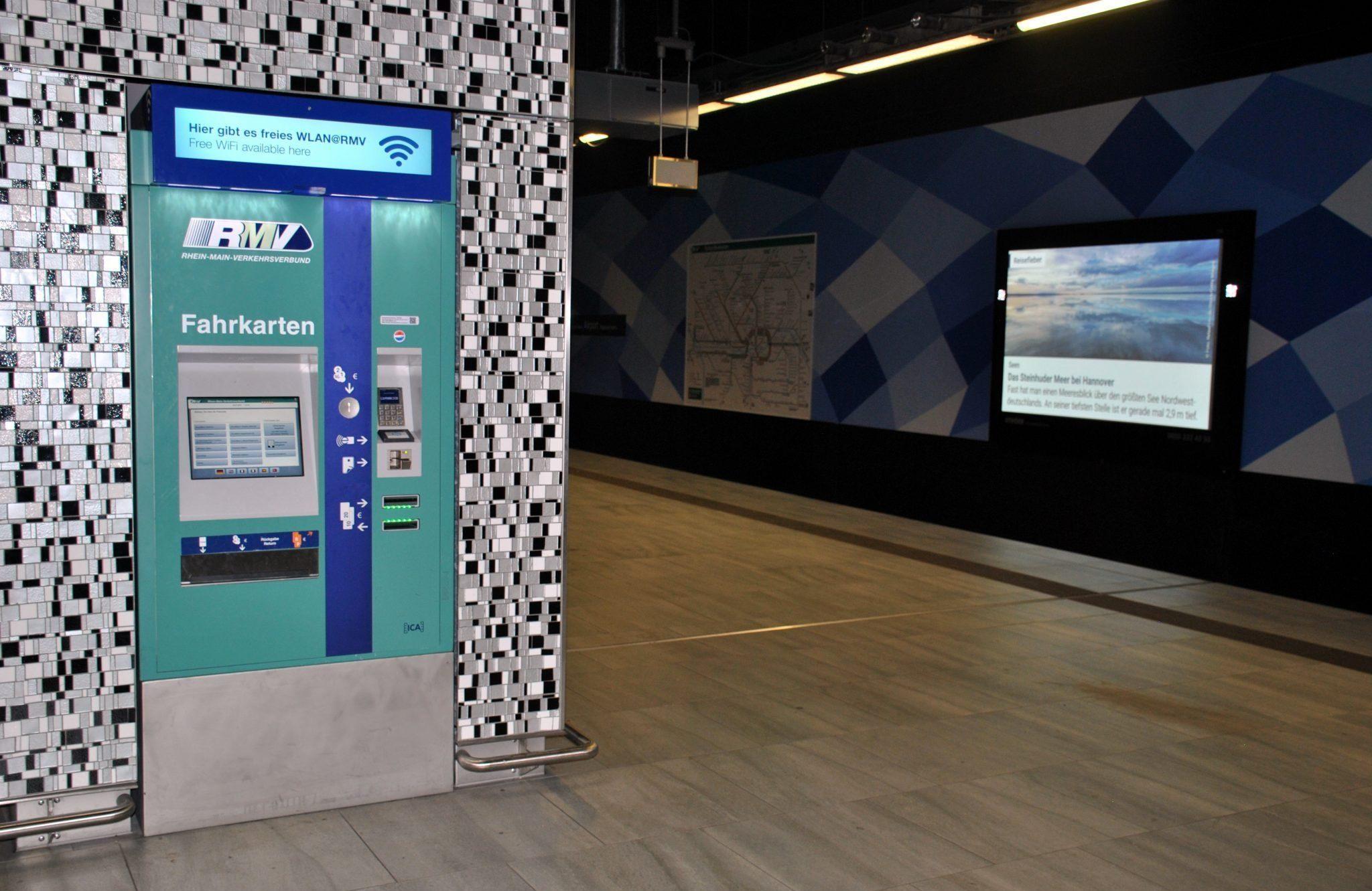 Máquina de venta en un andén del aeropuerto