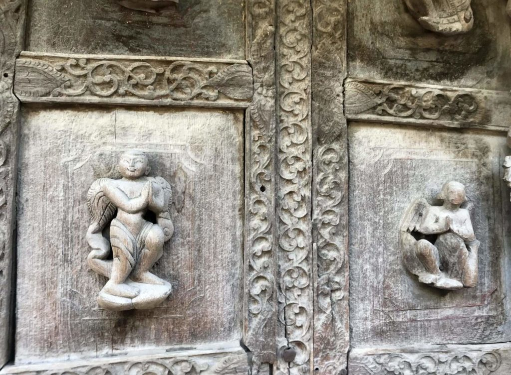 Detalle de una de las puertas del monasterio