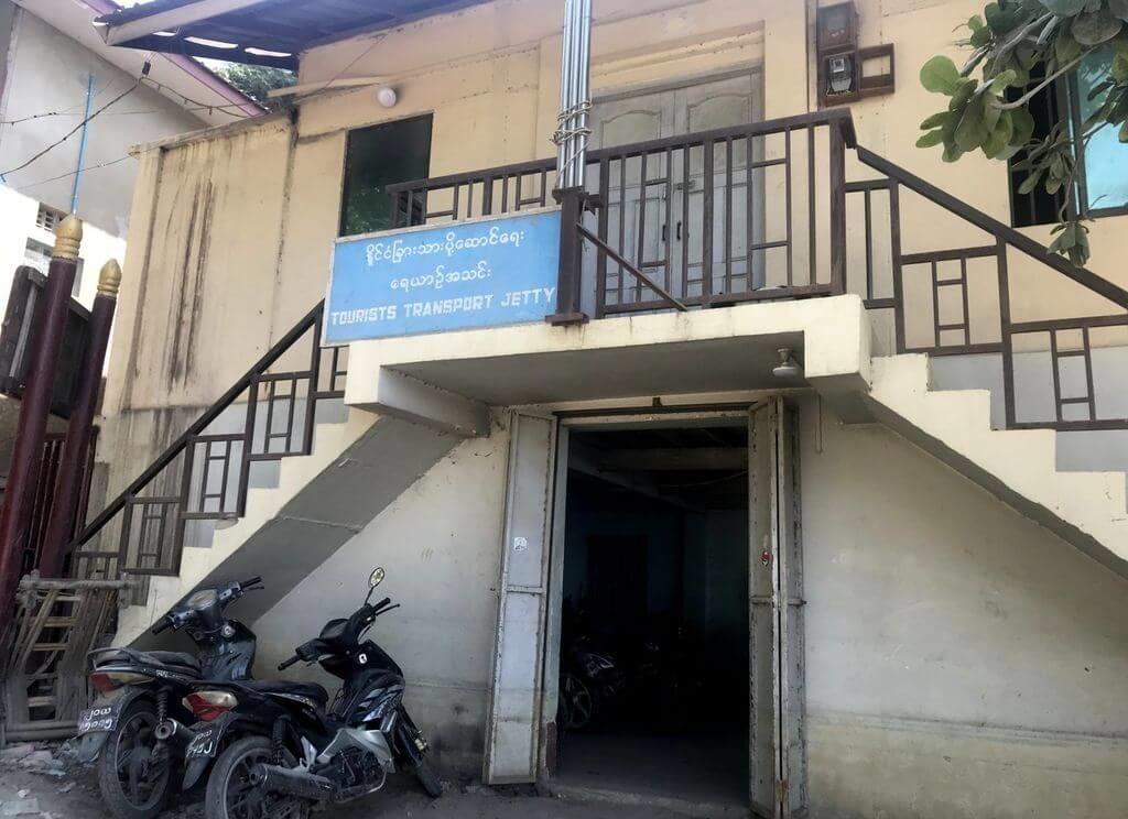 Edificio donde se compran los billetes para el ferry Mandalay-Mingun